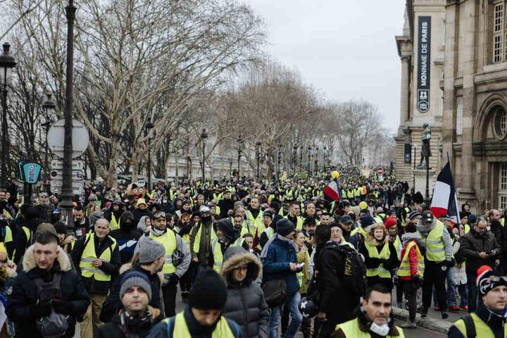 Der Nachrichtensender FranceInfo berichtete mit Verweis auf Polizeiquellen von landesweit insgesamt 25.000 Demonstranten.