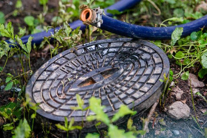 Diebe nahmen einen Hydranten im Wert von mehreren hundert Euro mit. In Folge dessen entstand ein großer Wasserschaden.