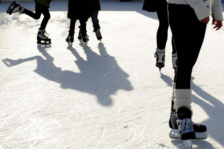 Beim Eislaufen tut man nicht nur was für die Figur. Die frische Luft hilft auch gegen die Katerstimmung am 1. Januar.