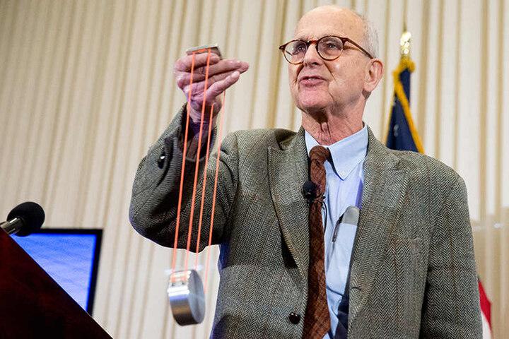 Der US-Forscher Rainer Weiss spricht in Washington (USA) während einer Pressekonferenz im National Press Club.