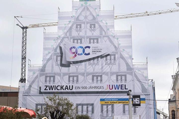 Das Zwickauer Gewandhaus, über 500 Jahre alt, soll umfassend saniert werden. Doch die Baustelle in der City hat sich zum großen Sorgenkind entwickelt. Die Wiedereröffnung 2019 scheint kaum realisierbar zu sein.