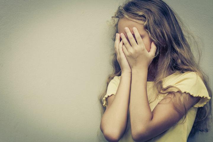 Der Mann soll ein achtjähriges Mädchen mehrmals missbraucht haben (Symbolbild).