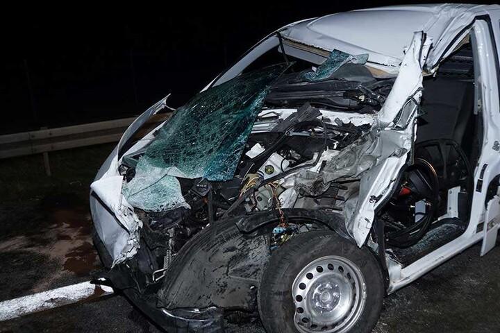 Der Fahrer wurde mit dem Rettungshubschrauber in Krankenhaus nach Marzahn geflogen.