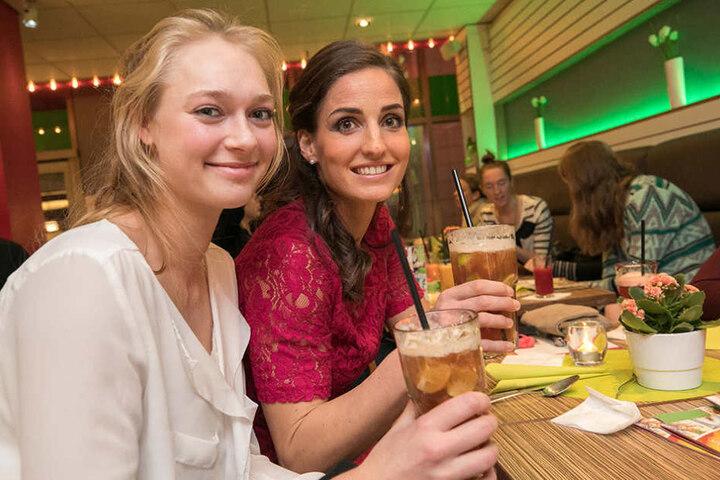 Dominika Strumilo (19) und Myrthe Schoot (28, r.) lassen es sich schmecken.