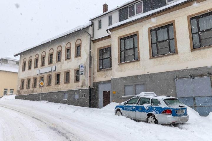Polizeieinsatz im Crottendorfer Ortsteil: Im Asylbewerberheim war in der Nacht zu Sonntag ein Mann gewaltsam gestorben. Es soll sich um einen Algerier (31) handeln.