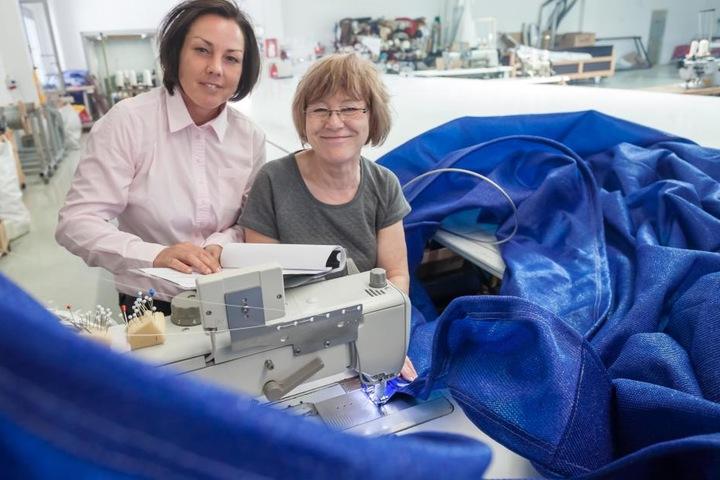 Katja Baum (40., l) bespricht bei der Firma Golle mit Segelnäherin Regina Tothel (62) die Qualität von Stoffen.