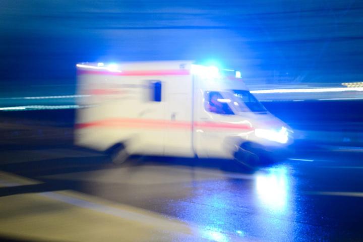 Der Mann musste mit einem Rettungswagen in ein Krankenhaus gebracht. (Symbolfoto)