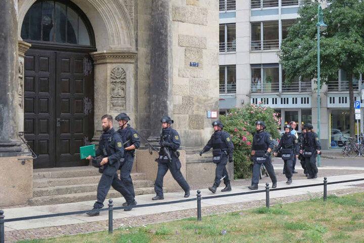Rund um das Hotel sind Polizisten im Einsatz.