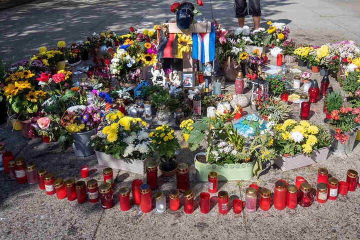 Am Tatort erinnern Kerzen und Blumen an den erstochenen Daniel H. (†35).