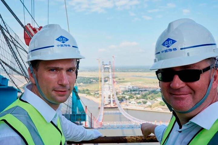 Das ist die Höhe! Minister Martin Dulig (l.) mit dem SPD-Landtagsabgeordneten Thomas Baum auf einem der 141 Meter hohen Pylonen der Maputo-Bridge.