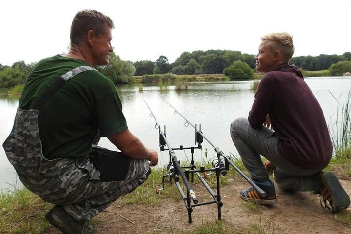 Angler Klaus Rebholz und Sohn Sebastian wurden von dem ungewöhnlichen Besuch überrascht.