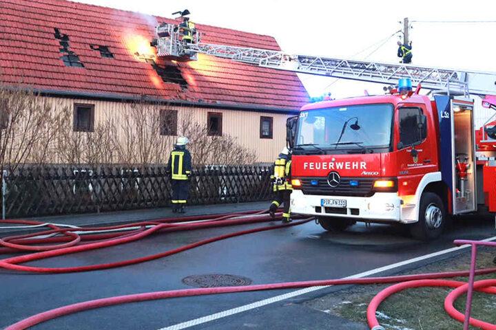 Der Dachstuhl eines Wohnhauses stand in Flammen.