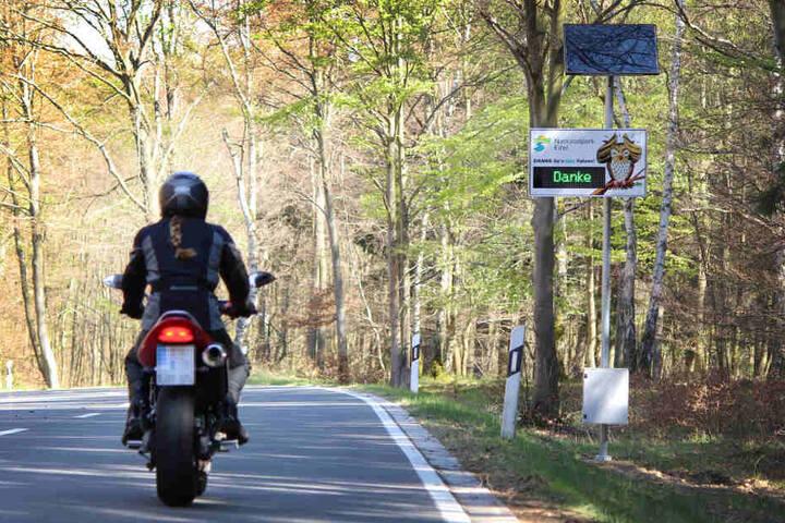 """Wer angemessen fährt, erhält an dieser Anzeige in der Eifel ein """"Danke""""."""
