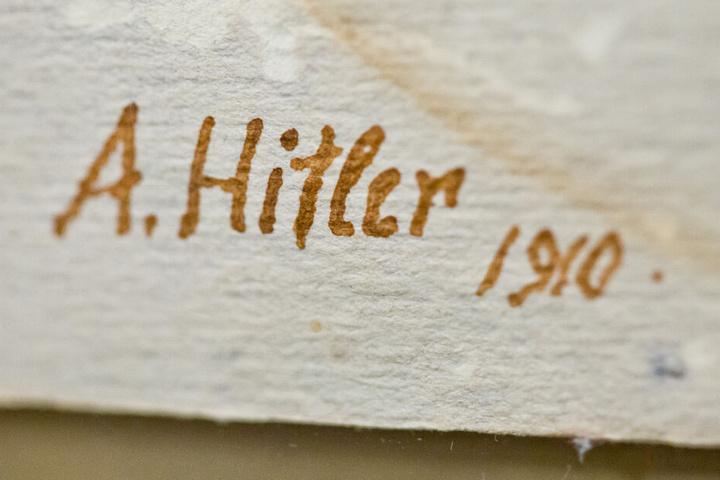 """Die Bilder trugen die Signatur """"A. Hitler"""". (Symbolbild)"""