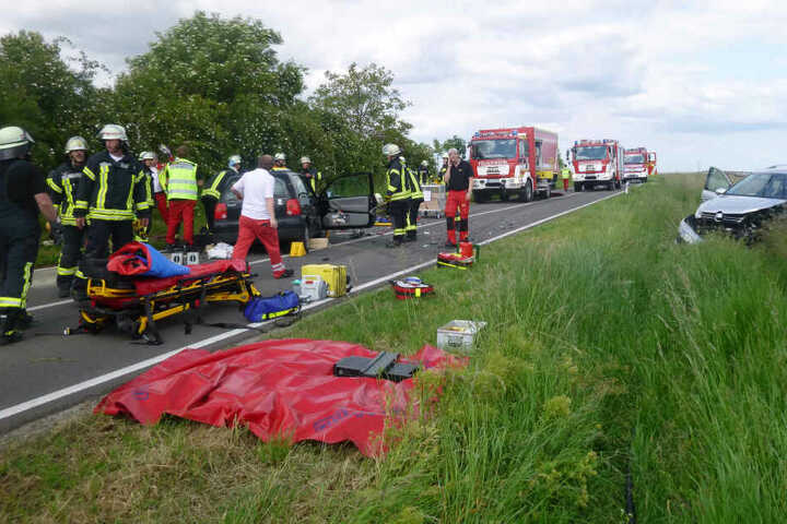 Das Bild zeigt Einsatzkräfte der Feuerwehr nach dem Unfall auf der Kreisstraße 34.