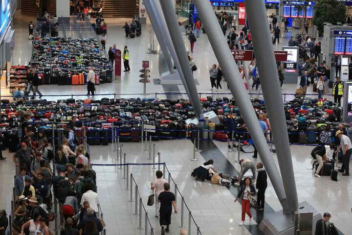 Aus der Luft ist gut zu sehen, wie viele Koffer sich derzeit im Flughafen stauen.