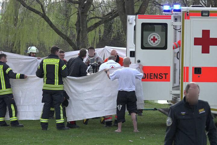 Unter laufender Reanimation wurde der Mann in ein Krankenhaus gebracht.