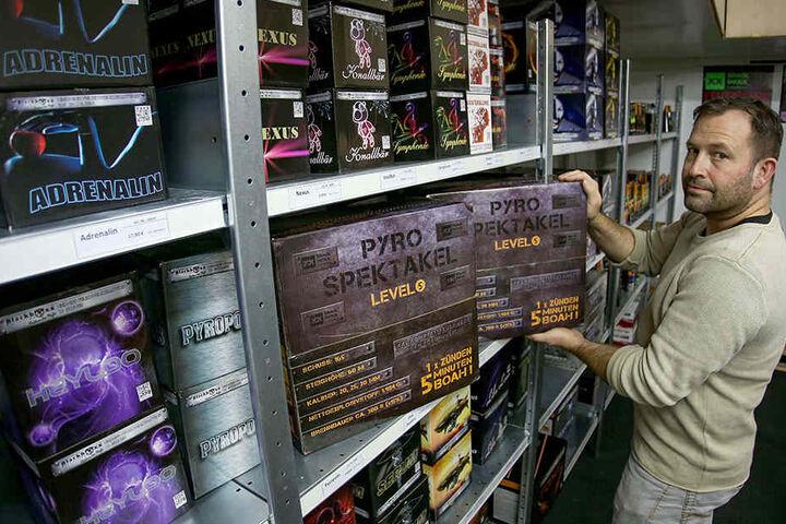 Pyro-Unternehmer Andreas Voigt (46) hat Verbundfeuerwerke mit bis zu fünf Minuten Brenndauer im Sortiment.