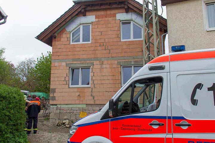 Mit schweren Rückenverletzungen wurde der Arbeiter in ein Klinikum gebracht.