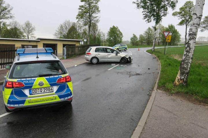 Auf der Schneeberger Straße krachte ein VW gegen einen Baum.