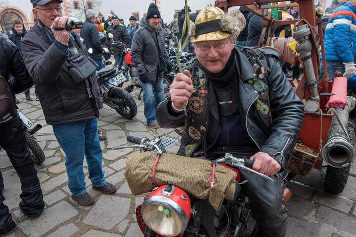 Achtung, hier kommt die Feuerwehr: Erzgebirgs-Biker Heiko Fischer (51) rückte mit seinem Feuerwehrmotorrad aus.