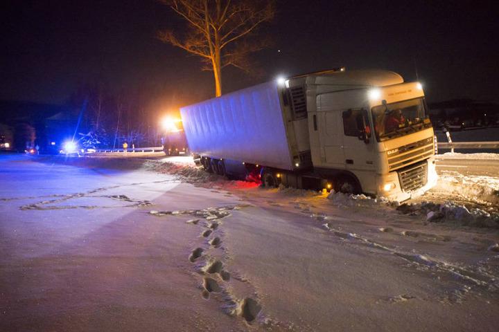 Der Laster hatte sich im Tiefschnee regelrecht festgefahren.
