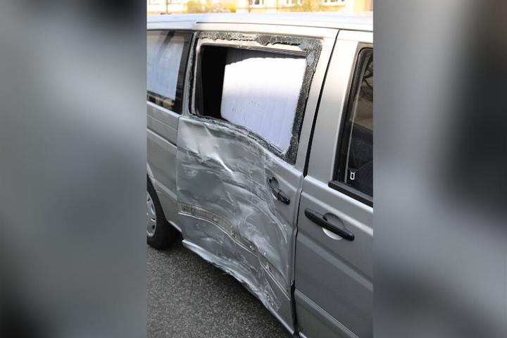 Der Leichenwagen wurde bei dem Unfall ordentlich demoliert.