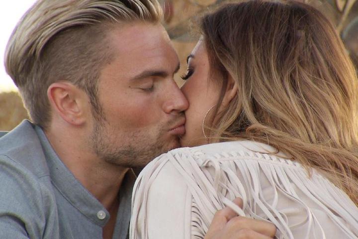 Johannes wollte seine Chance erneut nutzen und Jessica küssen, doch sie hielt ihm nur die Wange hin.