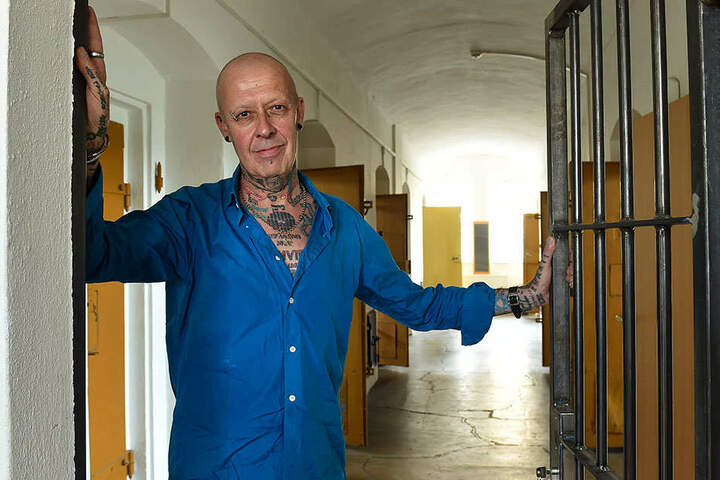 Nicholas Osbourne (59) kaufte die ehemalige JVA Großenhain 2016. Nun bietet er authentische Gefängnisaufenthalte an - mit Rollenspiel nach Wunsch.