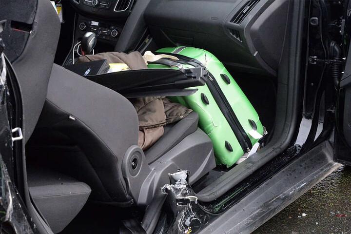 Die Frauen wurden in ihrem Auto eingeklemmt.