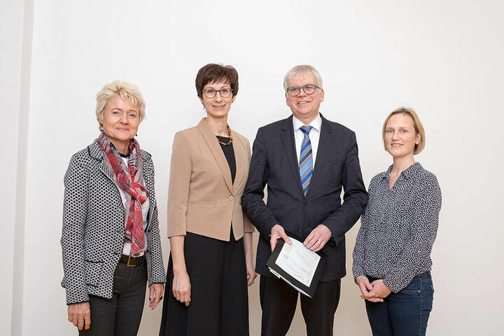 Anja Stephan (55), Chefin der Dresdner Bildungagentur, mit Schulleiterin Kerstin Ines Müller (47), Bürgermeister Hartmut Vorjohann (53) und Kristina-Maria Kühne (44, r.)