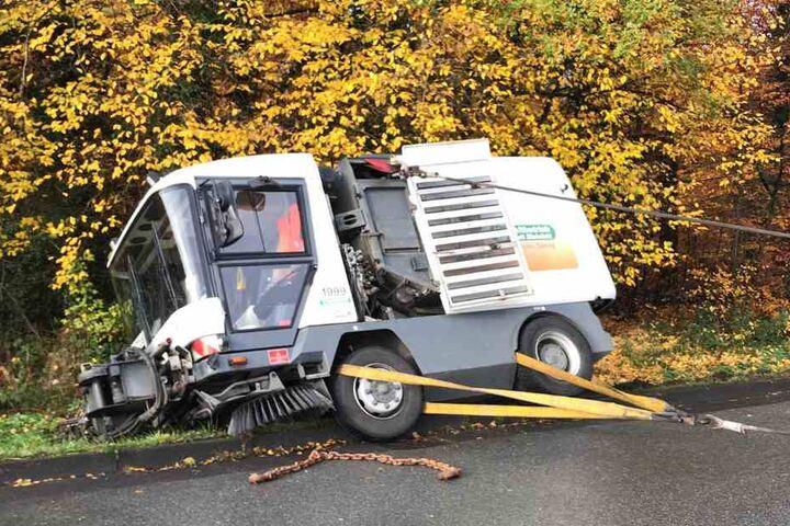 Mit Hilfe von zwei Seilwinden wurde die Kehrmaschine zurück auf die Straße gezogen.