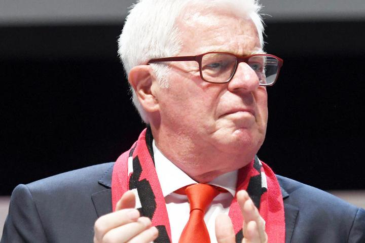 Der Präsident Werner Spinner steht auf dem Podium.