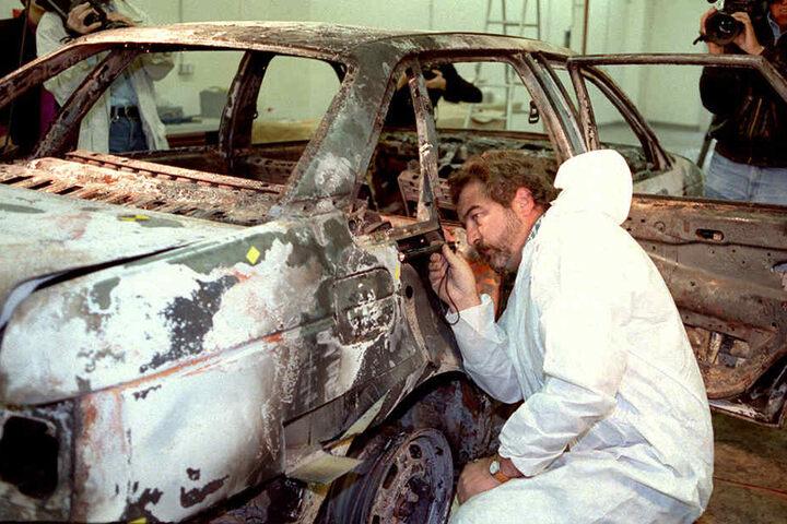 Der ausgebrannte Wagen wird am 17. Oktober 1991 von Experten des Bundeskriminalamtes in Mainz auf Spuren untersucht.