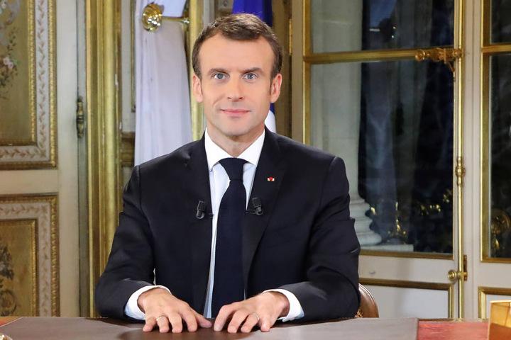 Der französische Präsident Emmanuel Macron (40) lächelte vor seiner Fernsehansprache.