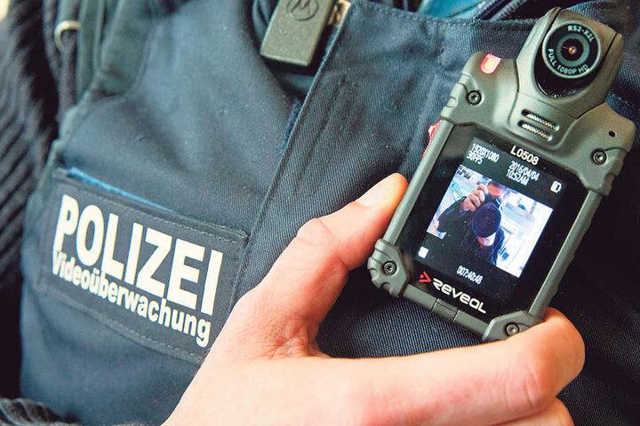 Ein Beamter der Bundespolizei zeigt im Berliner Ostbahnhof eine Body-Cam im  Einsatz.