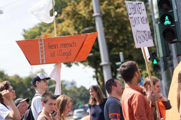 Die Demo-Teilnehmer hatten unterschiedliche Schilder mit Forderungen dabei.
