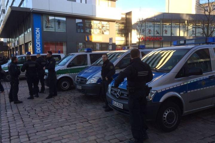 10 Einsatzfahrzeuge der Polizei sind vor Ort.