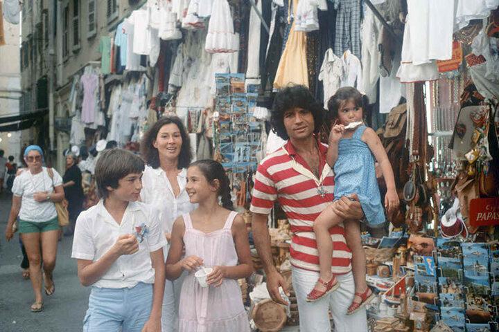 Der in Griechenland geborene deutsche Schlagersänger Costa Cordaliswährend des Urlaubs mit seiner Familie auf der griechischen Insel Korfu im August 1979.