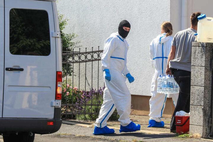 Die beiden Toten zeigten laut Polizei Spuren massiver Gewalteinwirkung.