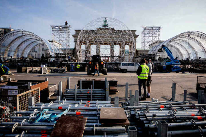 Die Aufbauarbeiten anlässlich des Jubiläums zum Mauerfall sind vor dem Brandenburger Tor im Gange.