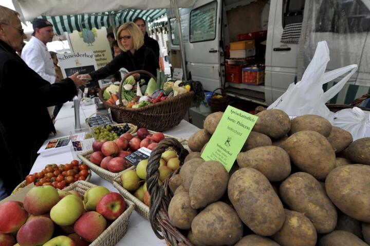 Regionale Produkte werden auf dem Bauernmarkt präsentiert.