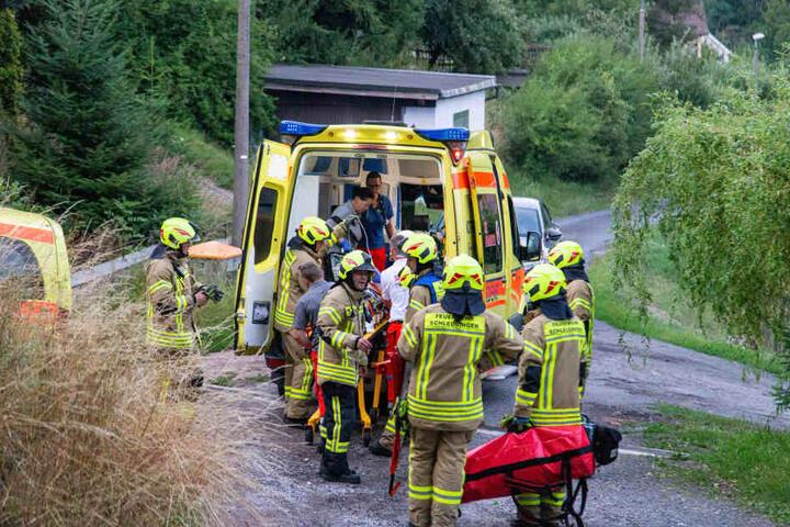Danach trugen ihn die Feuerwehr-Kameraden aus dem Wald zum Rettungswagen.