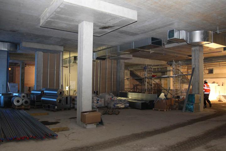 Im Inneren der Tribüne werden Trennwände hochgezogen sowie die Kabelschächte für  Strom, Wasser und Heizung gezogen