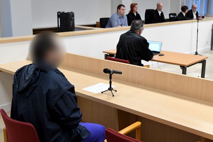 Der Angeklagte sitzt beim Auftakt im Sicherungsverfahren wegen 48-fachen versuchten Mordes im Gerichtssaal.