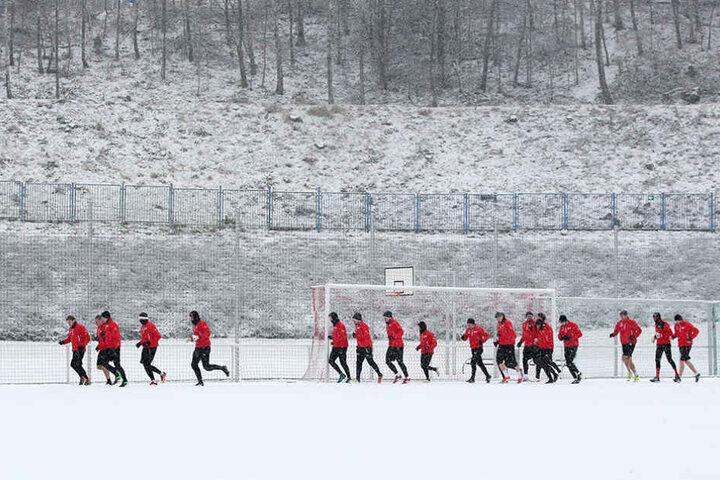 Das erste Training im neuen Jahr absolvierten die FSV-Spieler im Neuschnee.