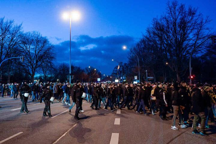 Die Dynamo-Fans wurden beim friedlichen Marsch zum Stadion von einem Großaufgebot der Polizei begleitet.