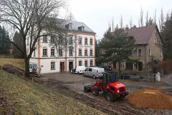 Die Rottluff-Mühle von außen: Saniert! Derzeit sorgen Tiefbauarbeiter dafür, dass das Haus wieder ans städtische Netz kommt.
