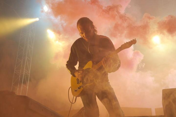 Das Konzert sollte zunächst im Juli stattfinden, musste jedoch verschoben werden, nachdem sich Gitarrist Christoph Sell am Arm verletzt hatte.