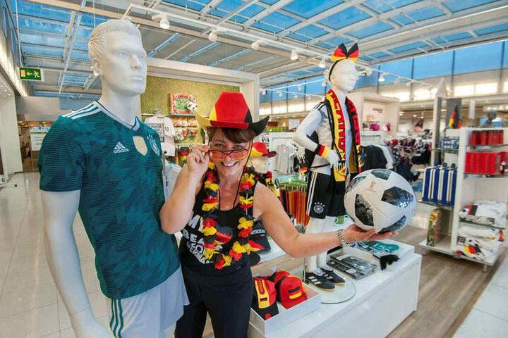 Alles was das Fan-Herz begehrt: Galeria-Verkäuferin Sandra Prause (41) zeigt einen Teil des Sortiments in der 4. Kaufhof-Etage.